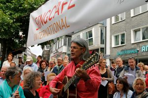 Gute Stimmung bei der feierlichen Eröffnung des Singcafé international